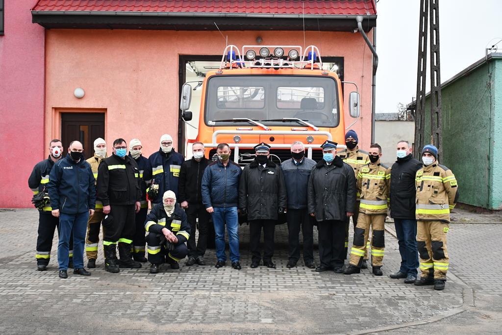 Ilustracja do informacji: Przekazanie Samochodu Strażackiego Sąsiedniej Gminie